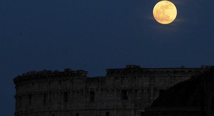 """COL53 ROMA (ITALIA) 5/5/2012.- La luna llena brilla sobre el coliseo romano, Italia, hoy, s·bado, 5 de mayo de 2012. La lluvia de estrellas m·s importante de la primavera, las """"Eta-Acu·ridas"""", coincidir· esta prÛxima madrugada con una luna llena o """"s˙perluna"""", que ofrecer· una imagen agigantada cuando se encuentre en el punto de su Ûrbita m·s cercano a la Tierra en este aÒo. EFE/Mario de Renzis"""